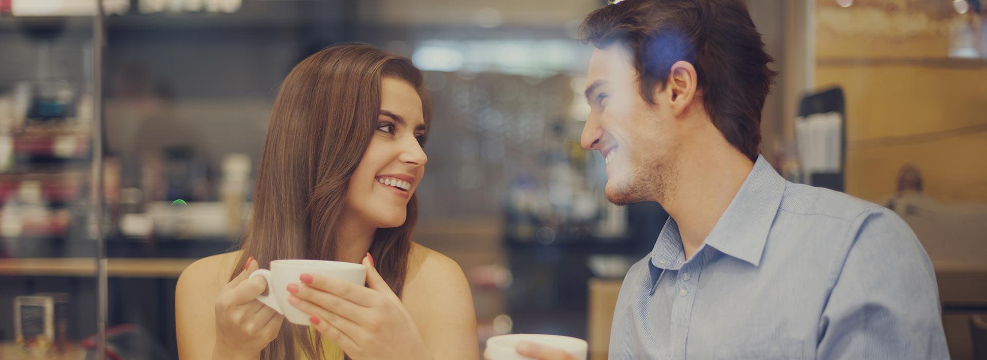 pareja charlando sobre coches y concesionarios
